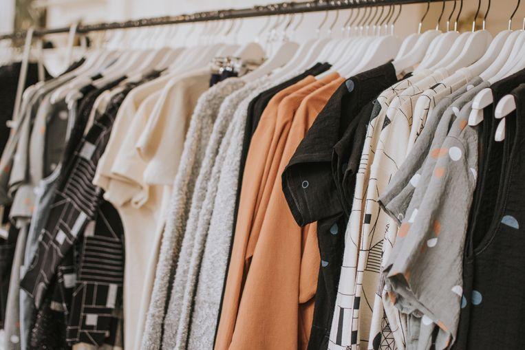 Kledingrek met kleding